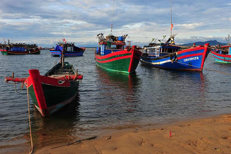 Sông có chiều dài 85 km với hai nhánh chính: sông Long Đại (hay Đại Giang) chảy qua huyện Quảng Ninh và sông Kiến Giang chảy qua huyện Lệ Thủy, gặp nhau ở Trần Xá. Ảnh: Ngo Minh Truc.