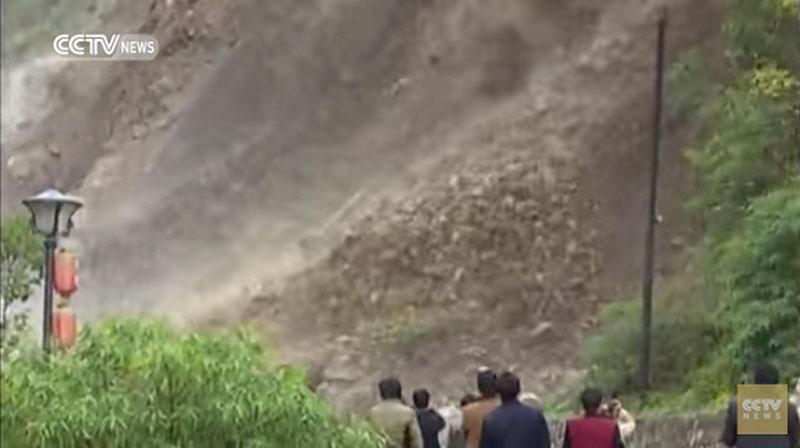 Lở đất như thác lũ lấp kín 100 mét quốc lộ ở Trung QuốcVụ sạt lở kép theo hơn 10.000 mét khối đất và đá cùng hàng chục cây cối, phủ kín hơn 100 mét đường khiến hàng trăm phương tiện bị ùn tắc. (CHI TIẾT)
