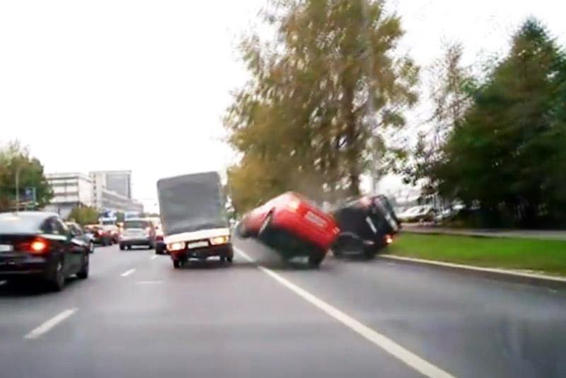 Tài xế chạy ẩu gây tai nạn nghiêm trọng. Sau cú va chạm với xe Volvo S40 trên đường, chiếc Mitsubishi Lancer Evo đã bị lật. Nguyên nhân do 2 tài xế đều chạy khá ẩu, đặc biệt là người điều khiển chiếc S40. (CHI TIẾT)