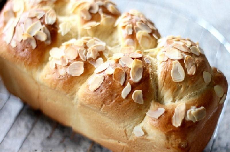 Cách làm bánh mì hoa cúc ngon như người Pháp. Với cách làm trong clip sau đây, bạn có thể tự tin làm nên những chiếc bánh mì hoa cúc thơm ngon, đẹp mắt không thua kém gì bánh nhập chính gốc từ nước Pháp. (CHI TIẾT)