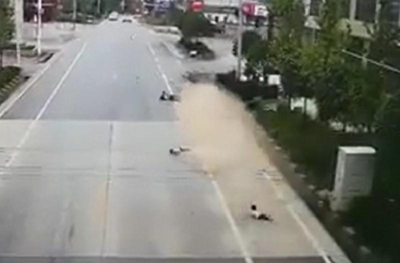Chiếc bán tải gây tai nạn thảm khốc khiến 4 người tử vong. 6 người đang đi bộ trên đường thì bất ngờ bị chiếc xe bán tải đâm từ phía sau khiến 4 người tử vong tại chỗ. (CHI TIẾT)