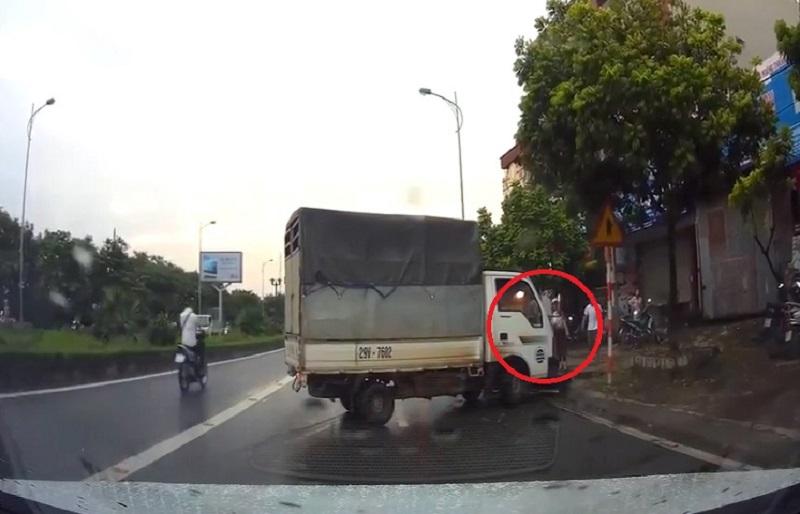 Xe tải mất lái, gây tai nạn cho xe máy tại Hà Nội. Chiếc xe tải đang lưu thông trên đường thì đột nhiên mất lái, đâm vào xe máy đang lưu thông trên đường. Thật may mắn khi người điều khiển xe máy chỉ bị thương nhẹ. (CHI TIẾT)
