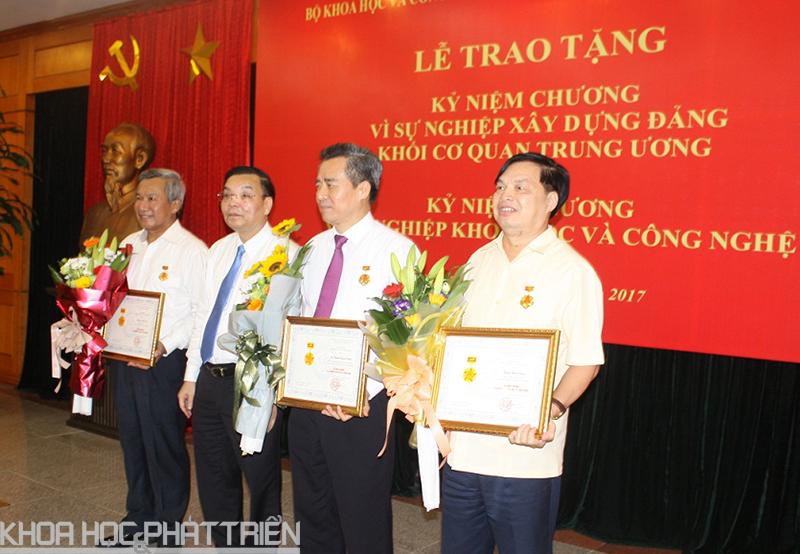 Bộ trưởng Bộ KH&CN Chu Ngọc Anh trao Kỷ niệm chương cho các cá nhân đã có nhiều đóng góp đối với sự nghiệp phát triển KH&CN.