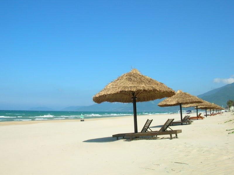 Nơi đây được biết đến là một trong những bãi biển đẹp nhất ở Huế, sở hữu phong cảnh đẹp nao lòng và có dịch vụ nghỉ dưỡng hấp dẫn. Ảnh: Oneclicktogo.