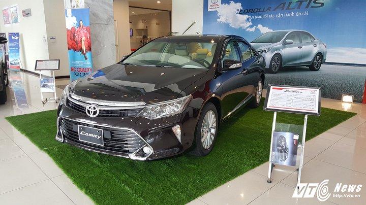Cận cảnh mẫu Toyota Camry 2017 tại các đại lý, giá 997 triệu đồng. Chính thức được bán ra vào ngày 10/10, mẫu xe sang Camry 2017 đang gây được sự chú ý của người tiêu dùng trong nước. (CHI TIẾT)