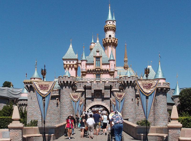 2. Disneyland. Là công viên giải trí đầu tiên của hai công viên giải trí được xây dựng tại Disneyland Resort ở Anaheim, California, Mỹ. Địa danh này được khai trương vào ngày 17/7/1955 với diện tích 34 ha.