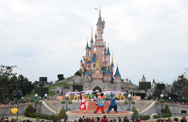 9. Disneyland Paris. Công viên giải trí tọa lạc ở Chessy, Seine-et-Marne, Pháp. Công viên được khai trương vào ngày 12/4/1992. Disneyland Paris nằm cách thủ đô Paris 32 km về phía Đông. Công viên với diện tích rộng 1.942 ha, thu hút khoảng hàng chục triệu du khách mỗi năm.