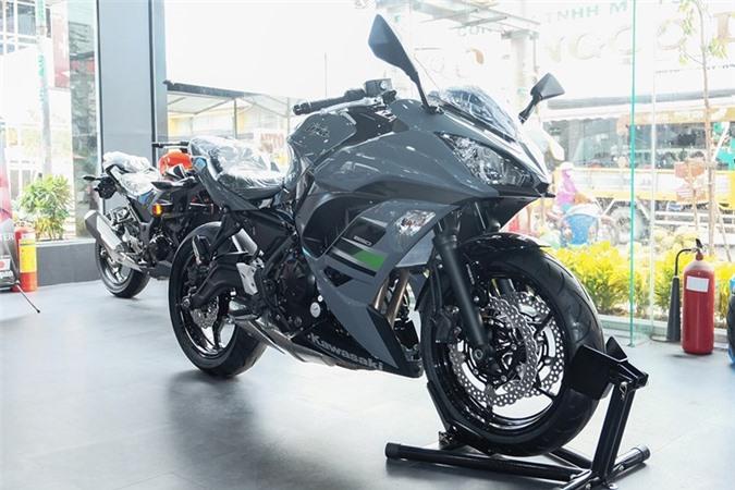 Ảnh chi tiết Kawasaki Ninja 650 2018 giá 288 triệu tại Việt Nam. Chiếc xe môtô thể thao Kawasaki Ninja 650 2018 với màu sơn xám-đen mới xuất hiện tại Việt Nam được rao bán với mức giá 288 triệu đồng. (CHI TIẾT)