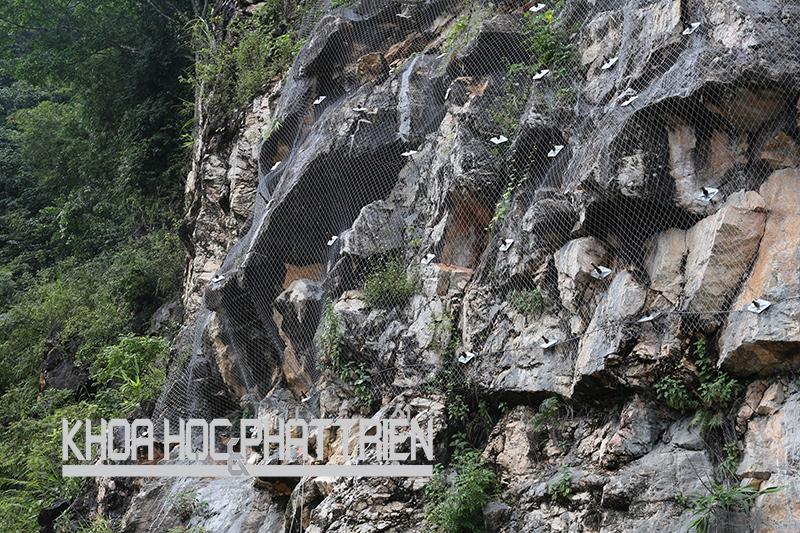 Giải pháp kỹ thuật chống đá rơi, đá lở bằng lưới thép cường độ cao chống ăn mòn ở QL6. Ảnh: Ngọc Vũ
