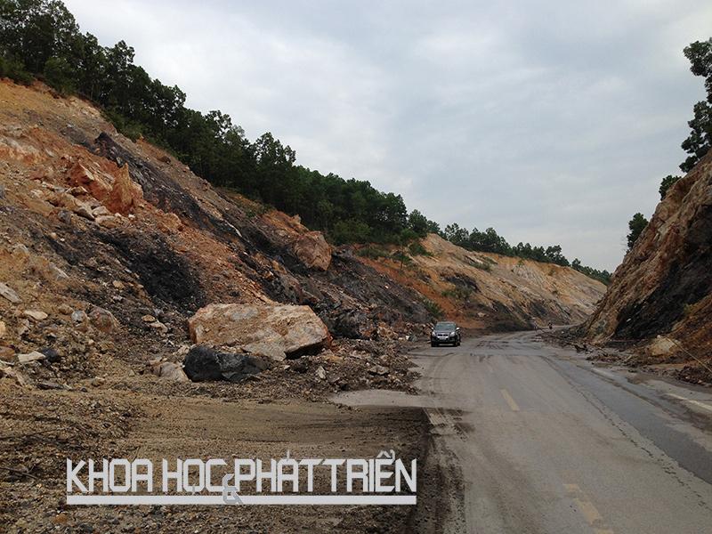 Một con đường ở Quảng Ninh bị thu hẹp bởi đất đá đổ xuống trong vụ trượt lở đất mùa mưa bão năm 2013. Ảnh: M. Quang