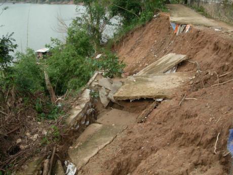 Sạt trượt theo phương thẳng đứng, con đường bê-tông bị rút xuống lòng sông ở Tuyên Hóa, Quảng Bình cuối năm 2016.
