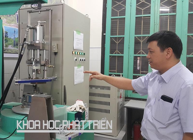 Tiến sỹ Đinh Văn Tiến - Viện Khoa học công nghệ giao thông - vận tải - giới thiệu thiết bị mô phỏng trượt đất do dự án JICA tài trợ. Ảnh: Hải Minh