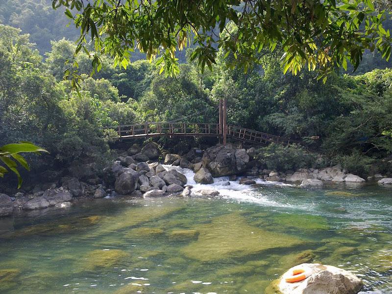 Phía hạ nguồn là vô số những ghềnh, bãi đá ngầm và thác nước có cảnh quan tuyệt đẹp. Ảnh: Nguyễn Thăng Long.