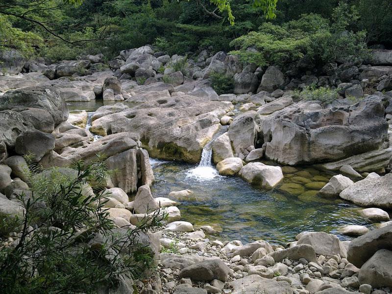 Suối Nước Moọc phù hợp cho việc tổ chức du lịch sinh thái hấp dẫn và diệu kỳ mà khi du khách đặt chân đến sẽ tạo thành một ấn tượng khó quên trước một khung cảnh thiên nhiên vô cùng kỳ thú. Ảnh: Nguyễn Thăng Long.