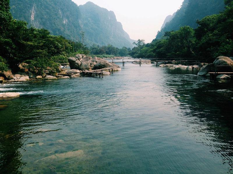 Đến với suối Nước Moọc, bạn sẽ được khám phá sự đa dạng và quý hiếm của di sản thiên nhiên thế giới trên một con đường mòn vào sâu trong rừng. Ảnh: Bùi Quốc Thống.