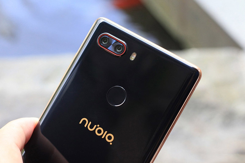 Nubia Z17S được trang bị bộ đôi camera ở mặt lưng với độ phân giải 23 MP (khẩu độ f/2.0) và 12 MP (khẩu độ f/1.8). Trong đó, 1 cảm biến cho phép chụp ảnh màu, cảm biến còn lại chụp ảnh trắng đen. Hai camera này được trang bị đèn flash LED kép, hỗ trợ lấy nét theo pha với tốc độ 0,03 giây, chống rung quang học (OIS), zoom quang học 2x, quay video 4K.