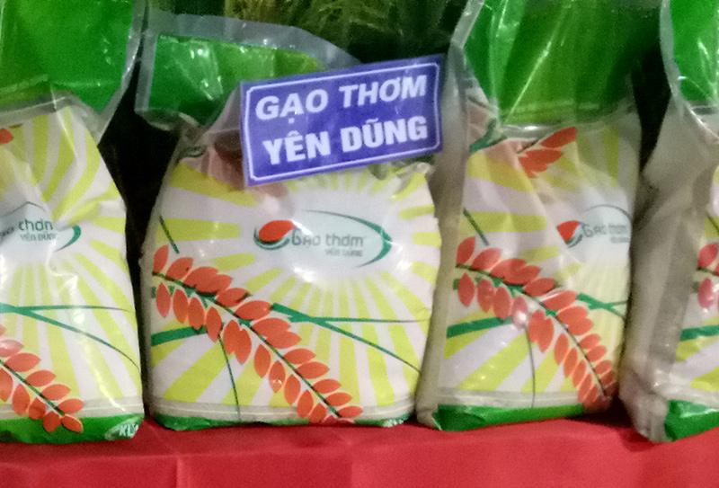 Gạo thơm Yên Dũng được trưng bày ở hội chợ. Ảnh: Tiền Trịnh