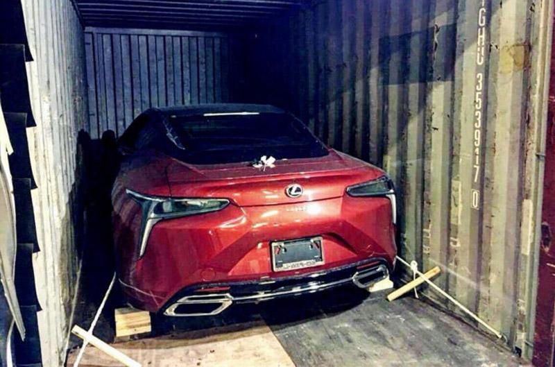 Lexus LC500h không chính hãng đầu tiên về Việt Nam. Coupe hạng sang Lexus LC500h là tâm điểm chú ý tại Vietnam Motor Show 2017, và thật bất ngờ mới đây một chiếc màu đỏ đầu tiên đã về nước do người mua tự đặt. (CHI TIẾT)