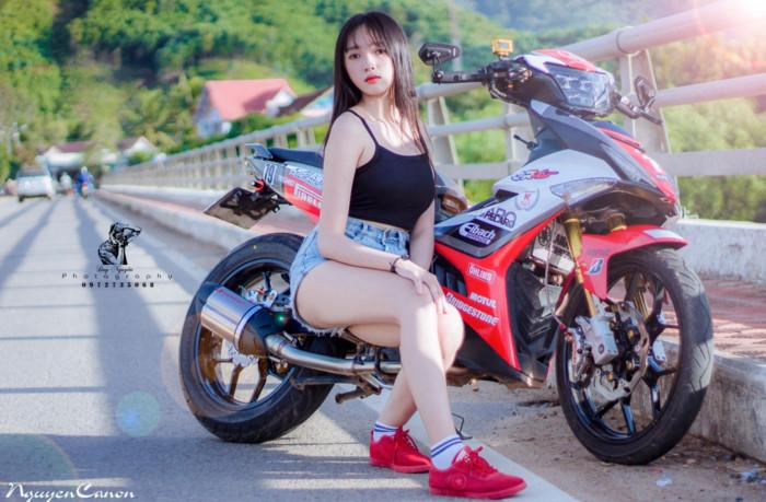 """Teen girl Đà Nẵng đọ dáng cùng Yamaha Exciter 150 độ ngầu. Chiếc Exciter 150 được X135 Workshop tại Đà Nẵng độ lại với ngoại hình bắt mắt, có dịp so dáng cùng """"teen girl"""" trong bộ ảnh theo phong cách đường phố. (CHI TIẾT)"""