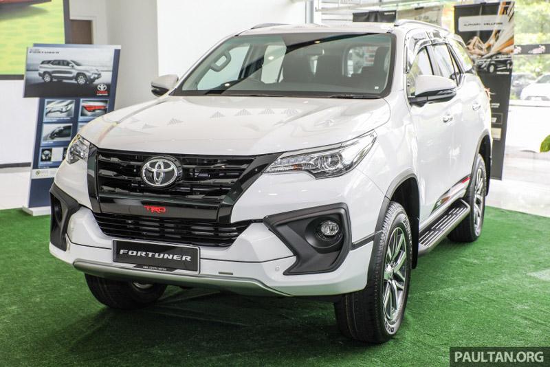 Ảnh chi tiết Toyota Fortuner 2.4 VRZ TRD 2017 giá 1 tỷ tại Malaysia. Với gói phụ kiện gói phụ kiện TRD Sportivo, ngoại hình của Toyota Fortuner 2.4 VRZ TRD 2017 hầm hố và khoẻ khoắn hơn so với phiên bản thường. Tại thị trường Malaysia, giá bán của phiên bản này là 185.800 Ringgit (tương đương 999,85 triệu đồng). (CHI TIẾT)