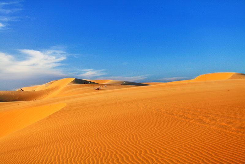 6. Đồi cát Mũi Né (đồi cát Bay). Đây là trong những bãi cát trải dài nhiêu cây số và lan rộng ở một diện tích không nhất định với tổng thể lớn. Địa danh này nằm trải dài từ tỉnh Bình Thuận đến Ninh Thuận.