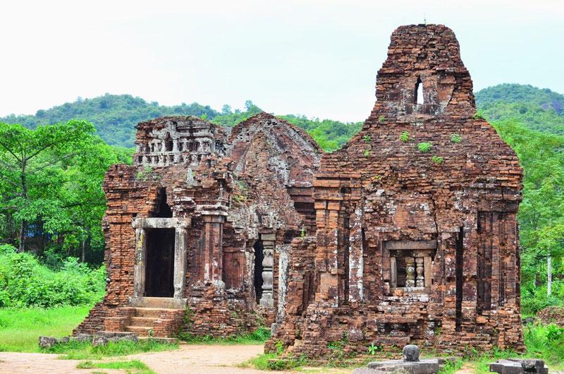 9. Thánh địa Mỹ Sơn. Nằm ở xã Duy Phú, huyện Duy Xuyên, tỉnh Quảng Nam. Địa danh này được coi là một trong những trung tâm đền đài chính của Ấn Độ giáo ở khu vực Đông Nam Á và là di sản duy nhất của thể loại này tại Việt Nam.