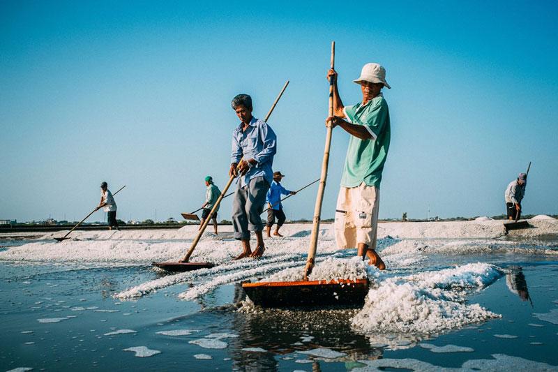 Dịp cuối tuần, du khách từ những vùng lân cận thường đổ xô tới đây. Ảnh: Nguyễn Hoàng Phi.