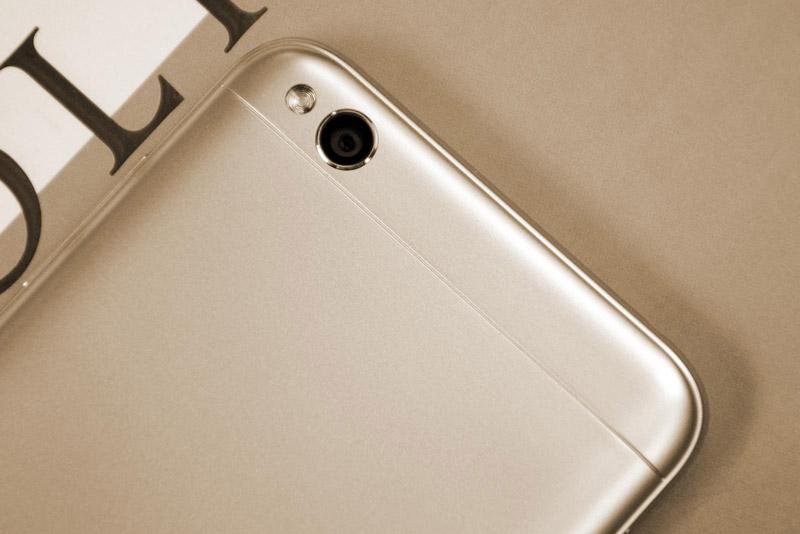 Camera chính của Xiaomi Redmi 5A có độ phân giải 13 MP, khẩu độ f/2., trang bị đèn flash LED, hỗ trợ lấy nét tự động, nhận diện khuôn mặt, quay video Full HD.
