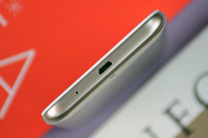 Cạnh đáy là nơi đặt micro và cổng microUSB.