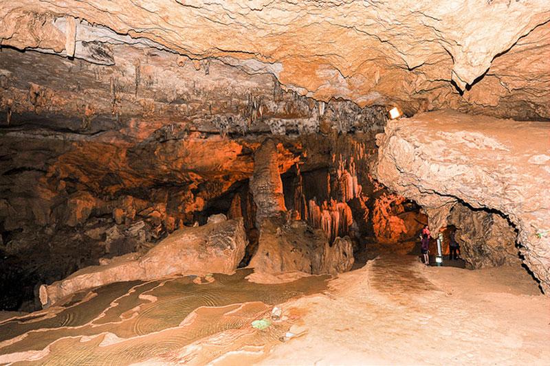 Hiện nay, đường đến dộng Ngao rất dễ đi, toàn bộ hang động đã được lắp hệ thống đèn chiếu sáng. Ảnh: Quang Khánh.