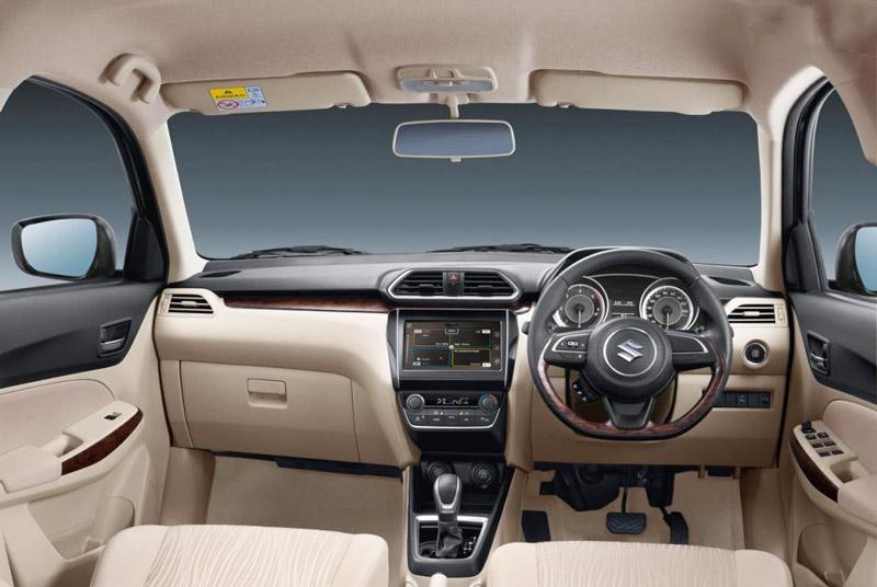 Hệ thống thông tin giải trí của Suzuki Dzire 2017 gồm đầu CD, cổng USB, hỗ trợ kết nối Bluetooth, Apple CarPlay, Android Auto, AUX, nghe radio FM/AM cùng dàn âm thanh 4 loa.