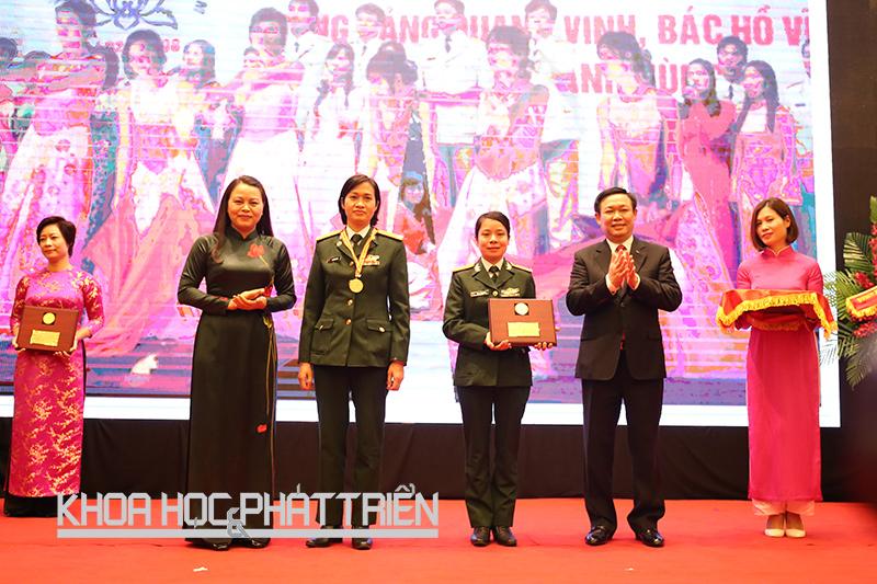 Phó Thủ tướng Vương Đình Huệ và Chủ tịch Hội Liên hiệp Phụ nữ Việt Nam Nguyễn Thị Thu Hà trao bằng khen cho tập thể nữ cán bộ Bệnh viện Quân đội 108. Ảnh: Ngọc Vũ