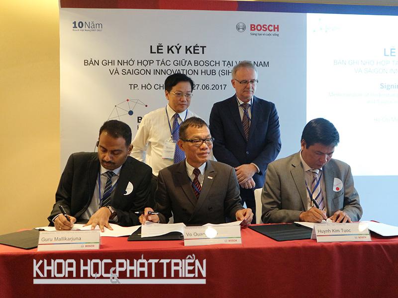 Giám đốc điều hành SIHUB Huỳnh Kim Tước (ngoài cùng bên phải) ký kết hợp tác với Bosch Việt Nam nhằm hỗ trợ cộng đồng khởi nghiệp đổi mới sáng tạo tại TPHCM. Ảnh: SIHUB
