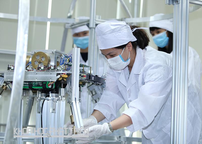 Thạc sỹ Ngô Thị Hoài - Trung tâm Vũ trụ Việt Nam đang nghiên cứu về hệ thống mô phỏng xác định và điều khiển tư thế vệ tinh quan sát Trái đất có độ chính xác cao. Ảnh: Lê Loan