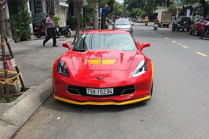 Ngắm Chevrolet Corvette C7 Z06 màu đỏ tại Nha Trang. Trên nền sơn chủ đạo màu đỏ, tay chơi Nha Trang đã thêm cho chiếc siêu xe thể thao Chevrolet Corvette C7 Z06 các hoạ tiết màu vàng. (CHI TIẾT)
