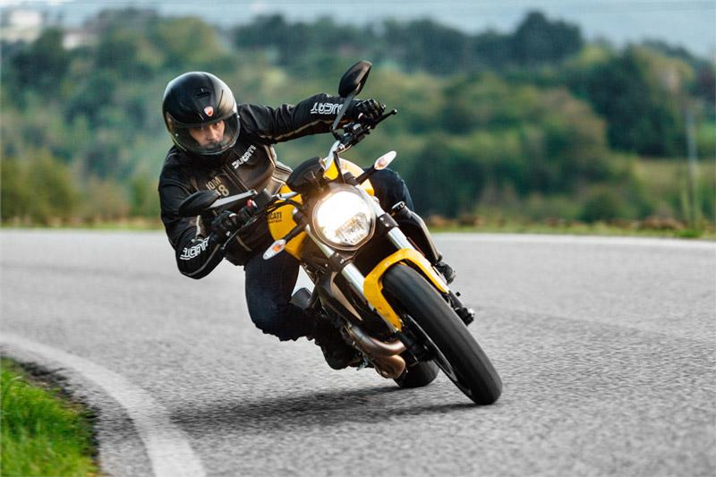Về tính năng an toàn, Ducati Monster 821 2018 được trang bị hệ thống chống bó cứng phanh (ABS) 3 mức của Bosch, kiểm soát lực kéo (DTC) 8 mức, bướm ga điện tử (Riding by Wire).