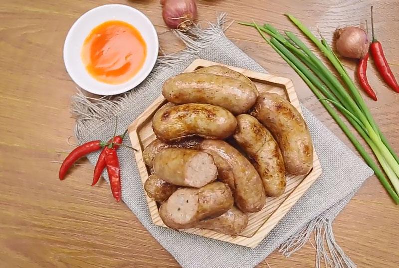 Tự làm xúc xích heo tại nhà dễ như trở bàn tay. Xích xích heo được xem là món ăn khoái khẩu của nhiều người. Tuy nhiên, khi mua ngoài tiệm thì nó thường không đảm bảo vệ sinh an toàn thực phẩm. (CHI TIẾT)
