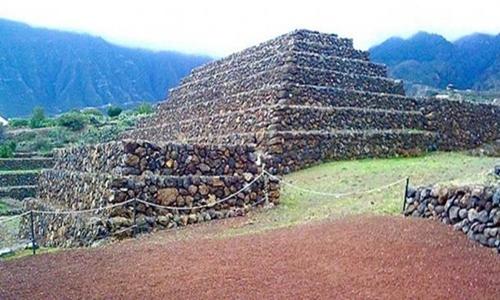 Các kim tự tháp trên đảo Tenerife. Ảnh: Colin Moss.