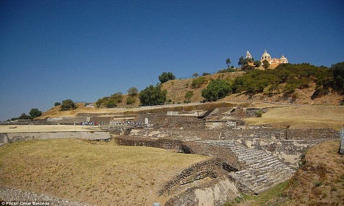 Nền móng của Đại kim tự tháp Cholula dưới chân nhà thờ trên đỉnh núi. Ảnh: Flickr.