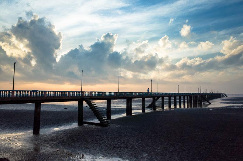 Điểm khác biệt của bãi biển này là màu cát pha bùn đen mịn hiếm nơi nào có được. Ảnh: Pham An Duong.
