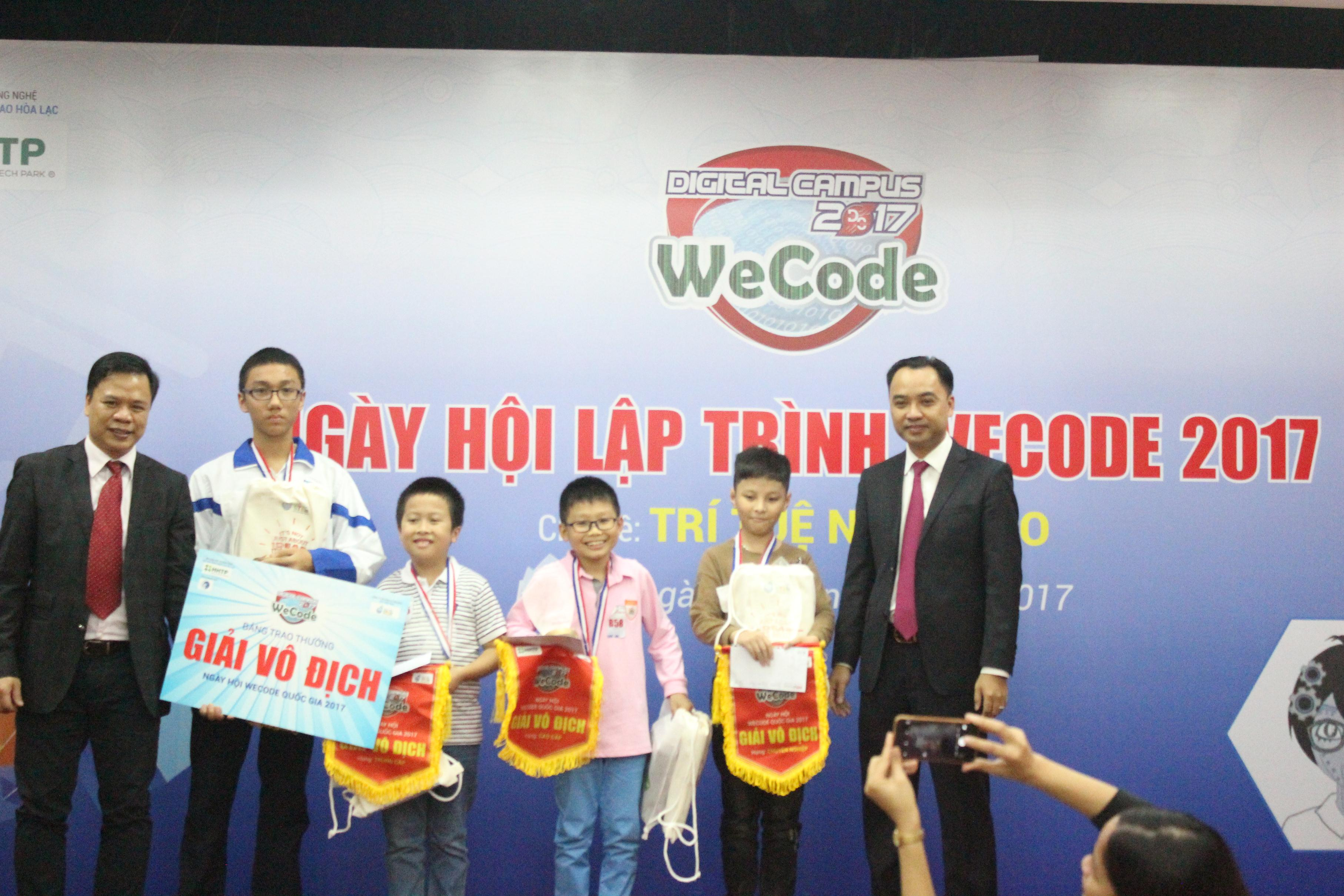Ông Nguyễn Thế Trung và ông Nguyễn Văn Cường- Phó trưởng ban Công nghệ cao Hòa lạc, Bộ Khoa học và Công nghệ- trao giải thưởng cho các nhà vô địch