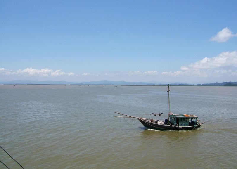 Sông Bạch Đằng chảy giữa thị xã Quảng Yên (Quảng Ninh) và huyện Thủy Nguyên (Hải Phòng). Ảnh: Viethavvh.