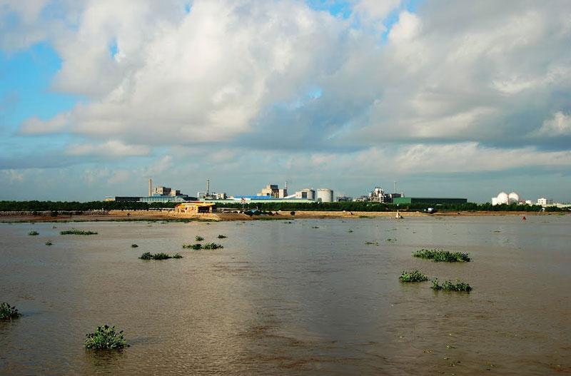 Sông là nơi vận chuyển hàng hóa đường thủy quan trọng của một số tỉnh miền Bắc. Ảnh: Thanh Sơn HP.