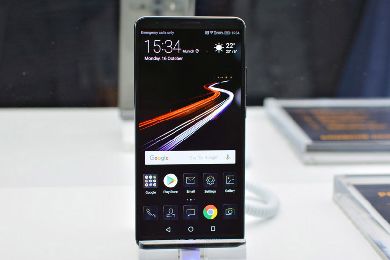 Huawei Mate 10 Porsche Design còn có điểm chung là màn hình AMOLED 6 inch, độ phân giải Full HD (2.160x1.440 pixel), được chia theo tỷ lệ 18:8, bảo vệ bởi kính cường lực Corning Gorilla Glass (chưa rõ phiên bản nào). Màn hình của chúng hỗ trợ công nghệ HDR10.