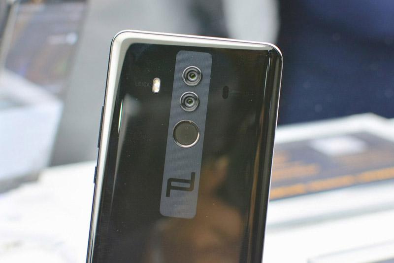Bộ đôi camera sau của Huawei Mate 10 Porsche Design có độ phân giải 12 MP (cảm biến chính, chụp ảnh màu) và 20 MP (cảm biến phụ, chụp ảnh trắng đen). Cả 2 máy ảnh này đều sử dụng ống kính Leica Summilux-H với khẩu độ f/1.6. Máy ảnh sau của Mate 10 được trang bị đèn flash LED kép, hỗ trợ lấy nét bằng laser, chống rung quang học (OIS), công nghệ AI, zoom quang học 2x, quay video 4K.