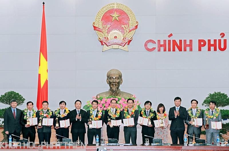 PGS Trương Quốc Phong (thứ hai từ phải qua) vinh dự nhận giải thưởng Giải thưởng Khoa học Kỹ thuật thanh niên Quả cầu vàng năm 2014.