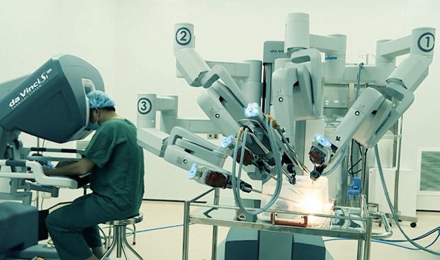 Bác sĩ thực tập phẫu thuật robot tại Bệnh viện Chợ Rẫy. Ảnh: Nguyên Mi.