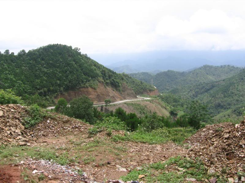 Từ trên cao nhìn xuống, đèo Khau Liêu trông giống như 2 con rồng uốn lượn ôm lấy núi đồi Đông Bắc. Ảnh: HwngHD.