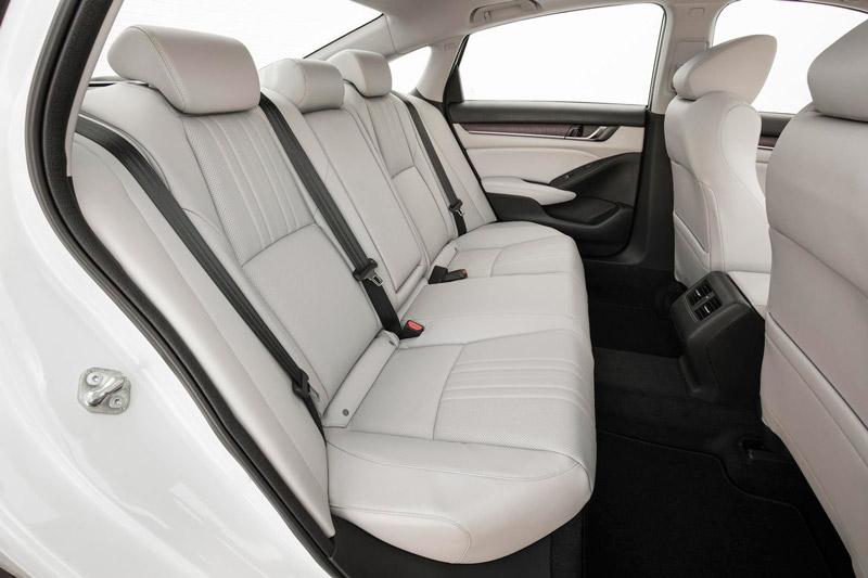 Toàn bộ ghế ngồi đều được bọc da. Phiên bản LX có 4 loa với tổng công suất 160W, còn bản Sport và EX được trang bị 8 loa với công suất 180W. Trong khi đó, 2 phiên bản EX-L và Touring sở hữu tới 10 loa với tổng công suất 450W.