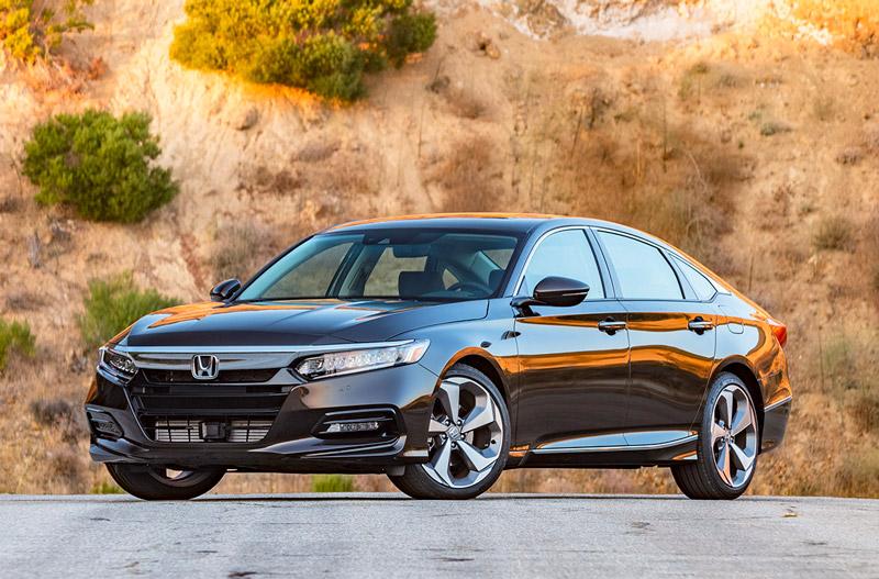 Honda Accord 2018 tiêu chuẩn có 6 phiên bản gồm LX, Sport, EX, EX-L, EX-L Navi và Touring. 6 phiên bản này đều được trang bị động cơ 4 xi lanh tăng áp với dung tích 1,5 lít. Động cơ này sản sinh công suất tối đa 192 mã lực, mô-men xoắn cực đại 192 Nm. Hộp số tự động vô cấp CTV. Phiên bản Sport dùng hộp số sàn 6 cấp.